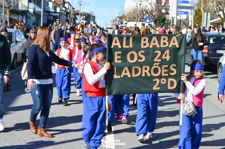 Desfile de Carnaval coloriu centro da Vila