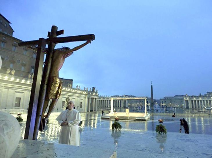 O Crucifixo banhado pelas lágrimas do Céu e o Papa sozinho na praça de S. Pedro